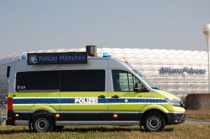 LauKW des Polzeipräsidiums München mit 360° Lautsprecher vor Allianz Arena